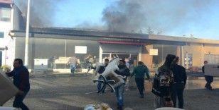 Yangında işçilerin mobilya kurtarma telaşı