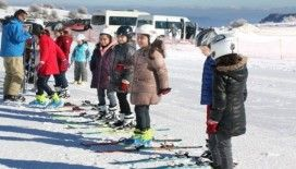 'Antrenörüm Okulda' projesi ile öğrenciler ücretsiz olarak kayak öğreniyor