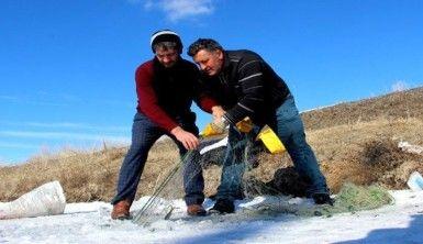 Soğuk kış günlerinin vazgeçilmez aktivitesi Eskimo usulü balık avı