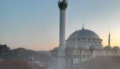 Depremde hasar gören cami minaresi yıkıldı