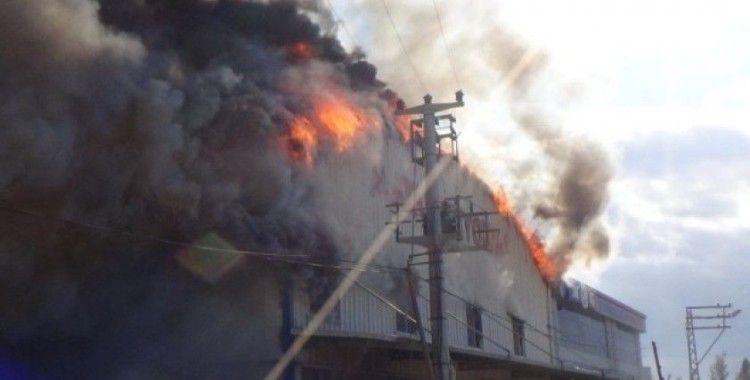 Hatay'da gıda deposunda yangın