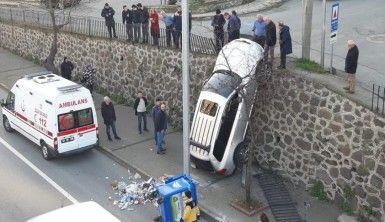 Trabzon'da ilginç kaza, duvarda asılı kaldı