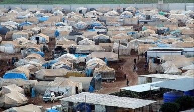 Bombardımandan kaçan Suriyeliler boş alanlara çadır kuruyor