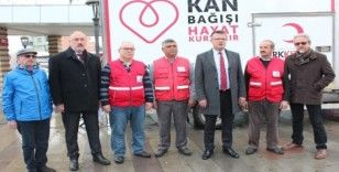 Depremzedelere kan bağışı için kuyruğa girdiler