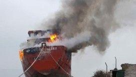 Kuru yük gemisi alev alev yandı