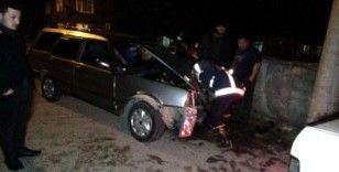 Direksiyonu kilitlenen otomobil direğe çarptı