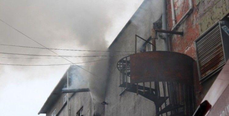 Bayrampaşa'da iplik fabrikasına yangın çıktı, itfaiye eri yaralandı