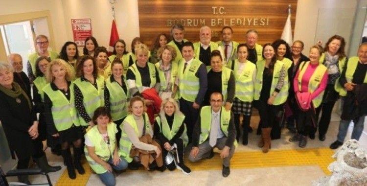 Gönüllü hayvan koruyucuları kimliklerini Başkan Aras'tan teslim aldı