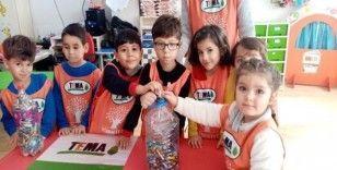 Minik gönüllüler rozet taktı