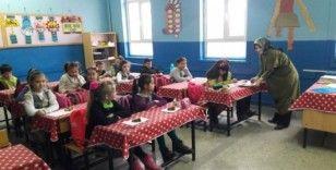 Öğrencilerini kek ikramıyla karşıladı