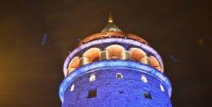 İstanbul'un simgesi Galata Kulesi mavi ve turuncuya büründü