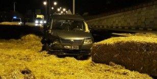 Otomobil, saman yüklü kamyonla çarpıştı: 2 yaralı