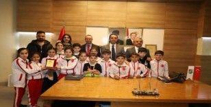 Çocuk oyunlarında Türkiye 2'ncisi olan örencilerden Kaymakam Sinanoğlu'na ziyaret