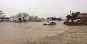Eğirdir'de kuvvetli yağış etkili oldu, bodrum katlı su bastı, yollarda birikintiler oluştu