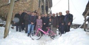 Kaymakam Özadalı'dan hasta öğrenciye bisiklet sürprizi