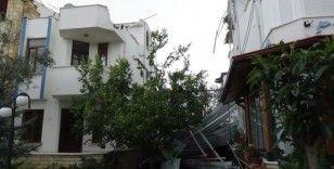 Hortum çatıları uçurdu, 6 bina hasar gördü