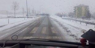 Karlı yolda tır devrildi