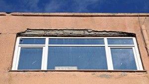 Binadan kopan beton parçanın altında kalmaktan saniyelerle kurtuldu