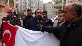 HDP önündeki aileler İdlib ve Van için ellerinde kefen ve Türk bayrağı ile saygı duruşunda bulundular