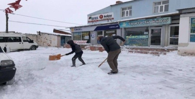 Çıldır'da yoğun kar yağışı hayatı olumsuz yönde etkiledi