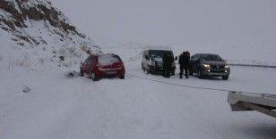 Sahara ve Mozeret Geçidi kar ve tipi nedeniyle ağır tonajlı araçlara kapatıldı