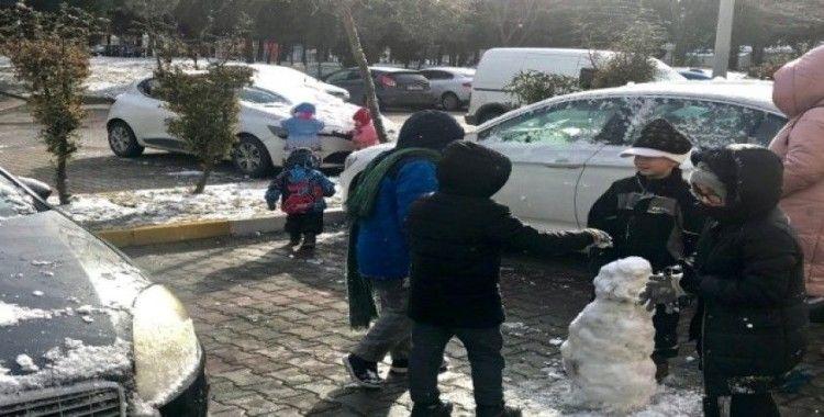 İstanbul güne karla uyandı, çocuklar fırsatı kaçırmadı