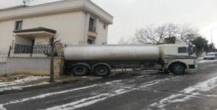 Avcılar'da buzlanan yolda kayan tanker bahçe duvarına daldı