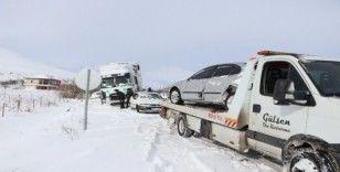 Tır, 3 otomobile çarptı: 6 yaralı