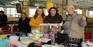 İzmir'de 200 kadın depremzedeler için el emeklerini satışa sundu