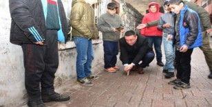 Başkan Beyoğlu sokakta çocuklarla misket oynadı