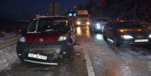 Kayganlaşan yolda 11 aracın karıştığı trafik kazası: 3 yaralı