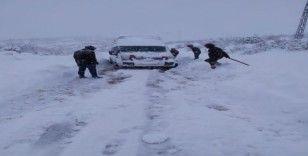 Karda mahsur kalan 15 kişi kurtarıldı