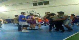 (Özel) Basketbol maçında hakemlere tekmeli yumruklu saldırı kamerada