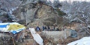 Dağdan kopan kayalar ahırın üzerine düştü, çok sayıda hayvan telef oldu