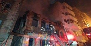 Beyoğlu'nda metruk bina alev alev yandı