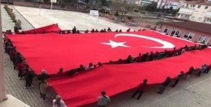Öğrenciler şehitler için dua edip dev Türk Bayrağı açtı
