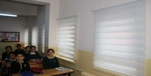 Karabekir Ortaokulu'nun perdeleri yenilendi