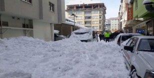 Giresun'da çatıdan düşen karlar park halindeki 2 araca hasar verdi