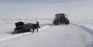Karda mahsur kalanların imdadına belediye ekipleri yetişti