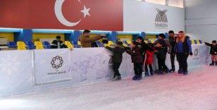 Şehit çocukları buz pistinde gönüllerince eğlendi
