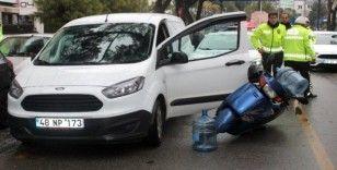 Aracın açılan kapısına çarpan motosiklet sürücüsü yaralandı