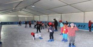 Gaziosmanpaşalı çocukların buz pateni eğlencesi
