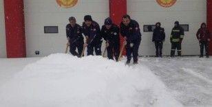 İtfaiye erlerinin karla mücadelesi