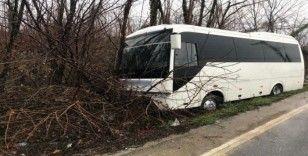 İşçilerin içerisinde bulunduğu midibüs kontrolden çıkarak ağaca çarptı