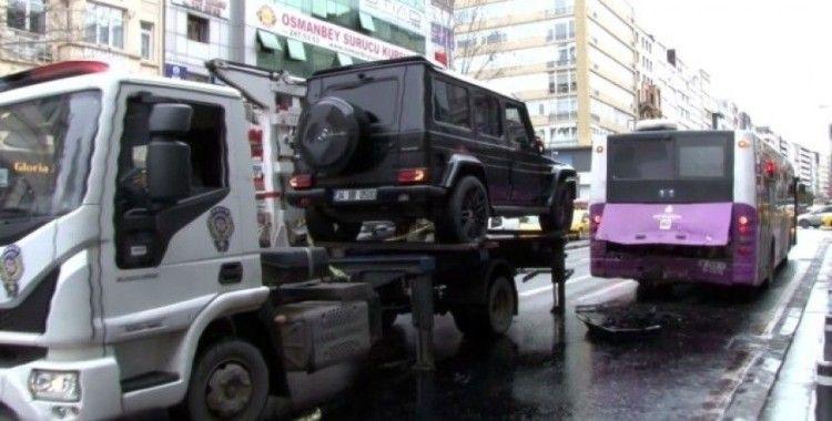 Şişli'de kırmızı ışıkta bekleyen halk otobüsüne lüks cip çarptı