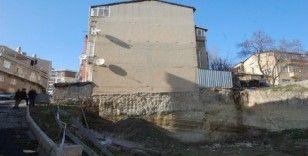 İnşaat kazısı bina sakinlerini korkutuyor