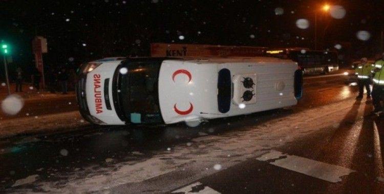Buzlu yolda takla atan ambulans 2 otomobile çarptı