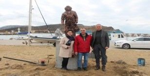 Süngerci heykeli, Gökçeada'daki yerini aldı