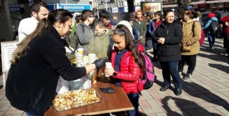 Okulları için 11. günde eylem yapan öğrencilere çorbalı destek
