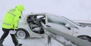 Otomobil bariyerlere saplandı: 1 ölü, 3 yaralı